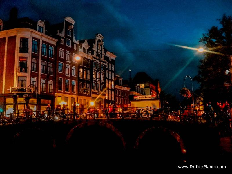 Amsterdam looks so pretty at night - Amsterdam itinerary